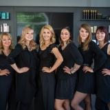 Das Team vom Friseur VOLLWERKSTIL HAIR & BEAUTY - Sympathisch – hanseatisch fair, so arbeiten wir, das Team von VOLLWERKSTIL. Wir haben Spaß an unserer Arbeit und das möchten wir Sie bei Ihrem Besuch spüren lassen. Als Profis nehmen wir uns Zeit für eine professionelle und individuelle Beratung unserer Kunden. Durch regelmäßige Trendseminare und Schulungen, stellen wir sicher, dass wir Ihnen stets Spitzenleistung bieten – denn Sie verdienen nur das Beste!